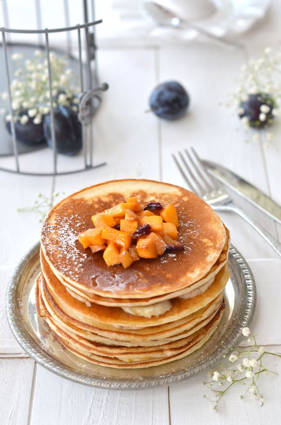 Pancakes soffici senza burro con farina di riso e frutta appena caramellata