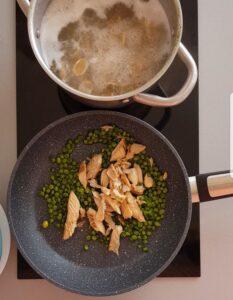 Orecchiette di grano arso con crema di piselli fiori di zucca e sgombro