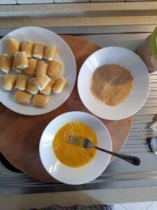 Paccheri fritti ripieni di ricotta e mozzarella con salsa al pomodoro