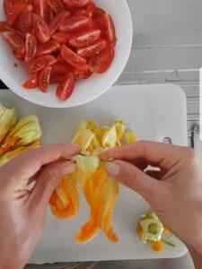 Elicoidali con salsiccia pomodorino piccadilly e fiori di zucca