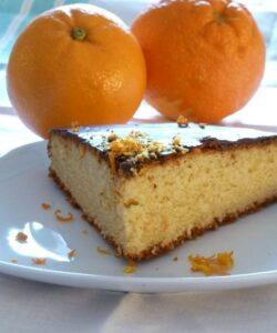 Torta all'arancia ricoperta di cioccolato