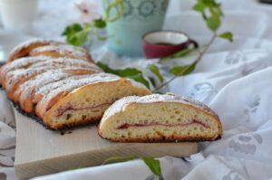 Treccia lievitata zuccherata con confettura di ciliegie e mandorle