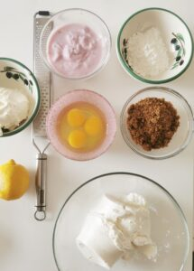 Cheesecake di ricotta cotta in forno con copertura di ciliegie