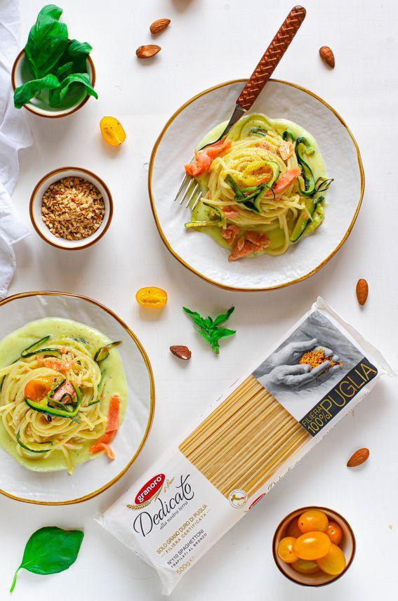 Spaghettoni trafilati al bronzo con pesto di zucchine salmone e pomodori gialli