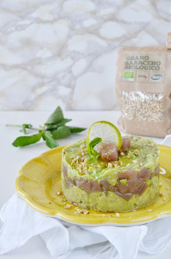 Tartare di tonno con crema di avocado e grano saraceno biologico