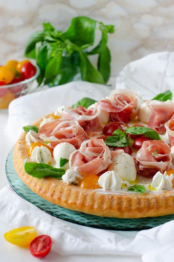 Crostata morbida salata con rose di prosciutto e formaggio in crema