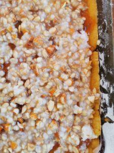 Quadrotti di frolla senza burro con copertura croccante di grano cotto e mandorle