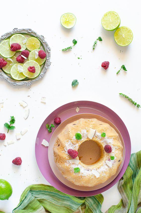 Ciambella senza burro con cocco e lamponi profumata al lime