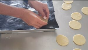 Tartellette di pasta brisè dolce con pesche e caramello salato