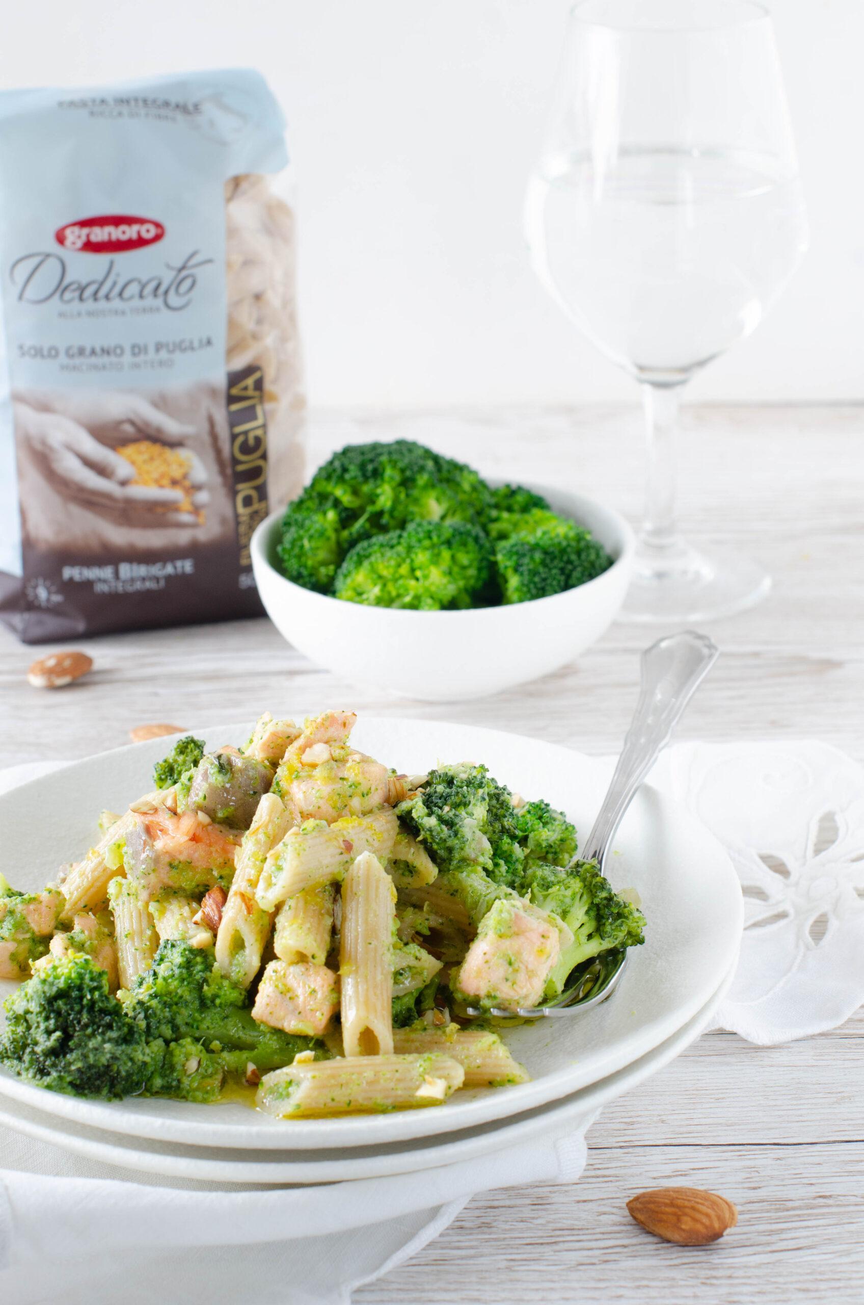 Penne birigate integrali con crema di broccoli salmone fresco e mandorle