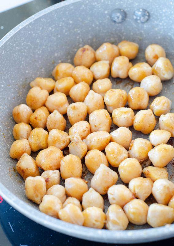Crema di cavolfiore con curcuma ceci e gamberi tostati al profumo di timo