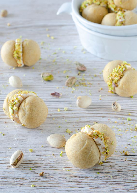 Baci di dama salati con crema di tonno e pistacchi