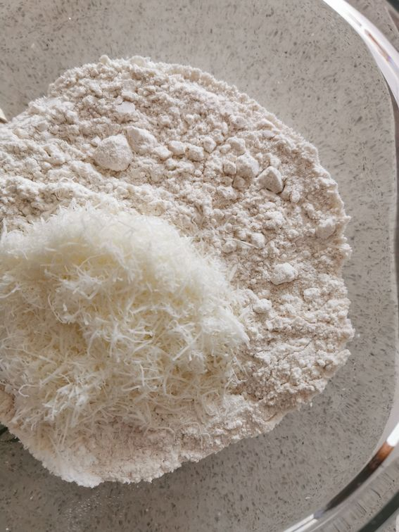 Sbriciolata salata con ripieno di funghi e formaggio Emmentaler