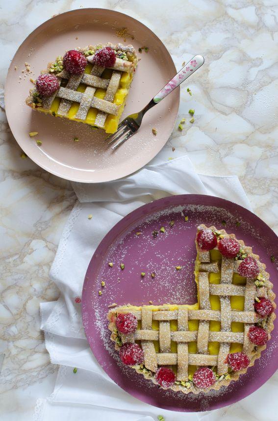 Crostata alla crema cotta con lamponi e granella di pistacchi senza lattosio