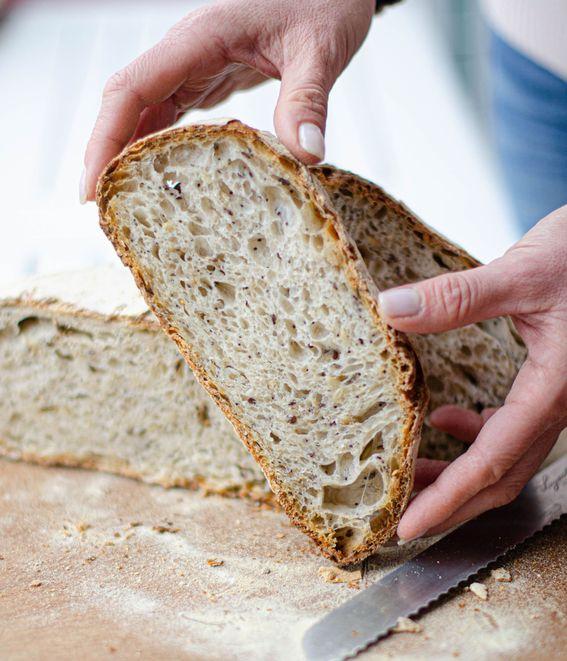 Pane con autolisi a lievitazione naturale con farina 0 e semi misti