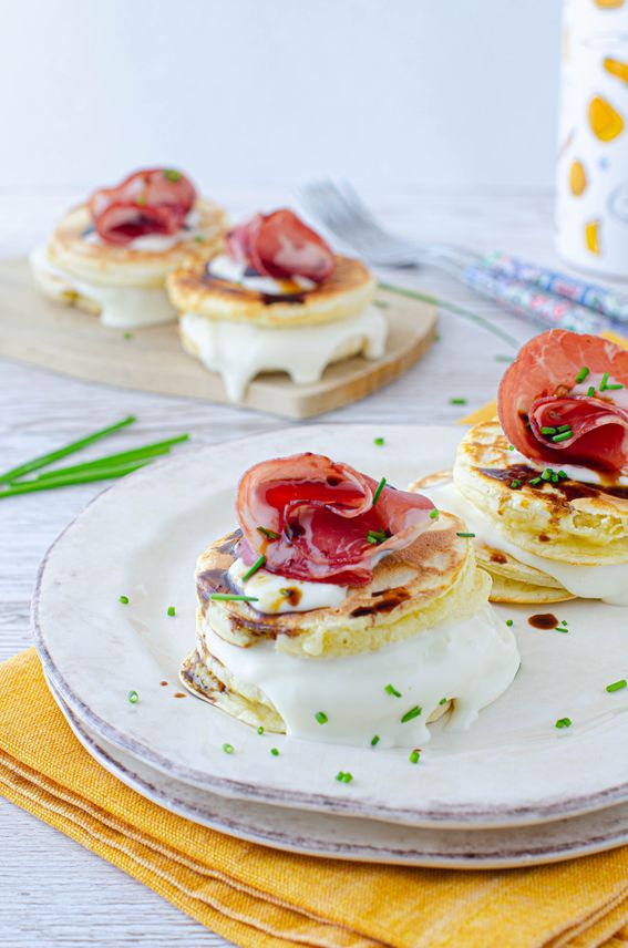 Mini pancake salati con formaggio fresco capocollo e vincotto di fichi