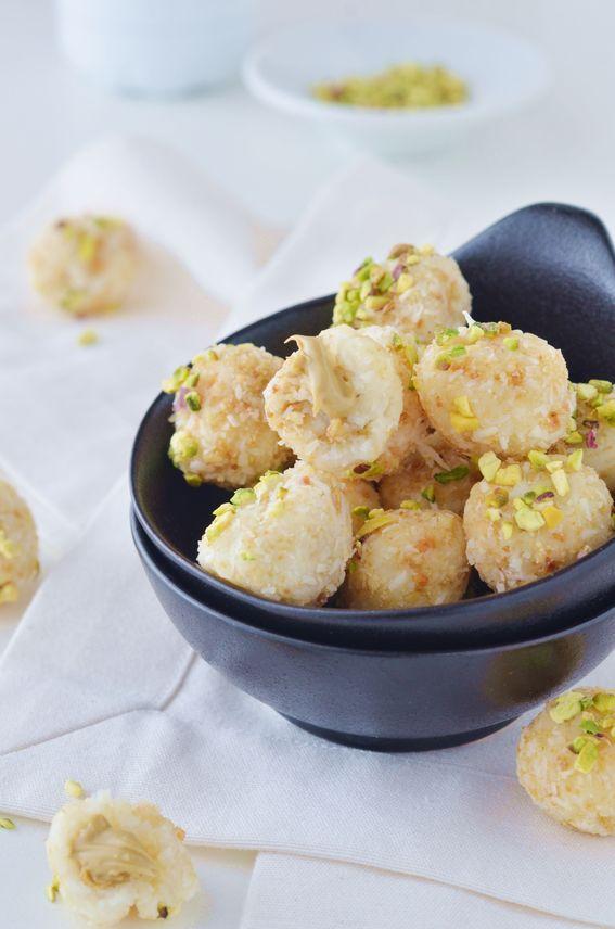 Palline di cocco e ricotta con ripieno di crema pistacchio e crumble