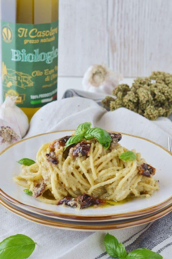 Spaghetti con pesto di capperi e mandorle con pomodori secchi
