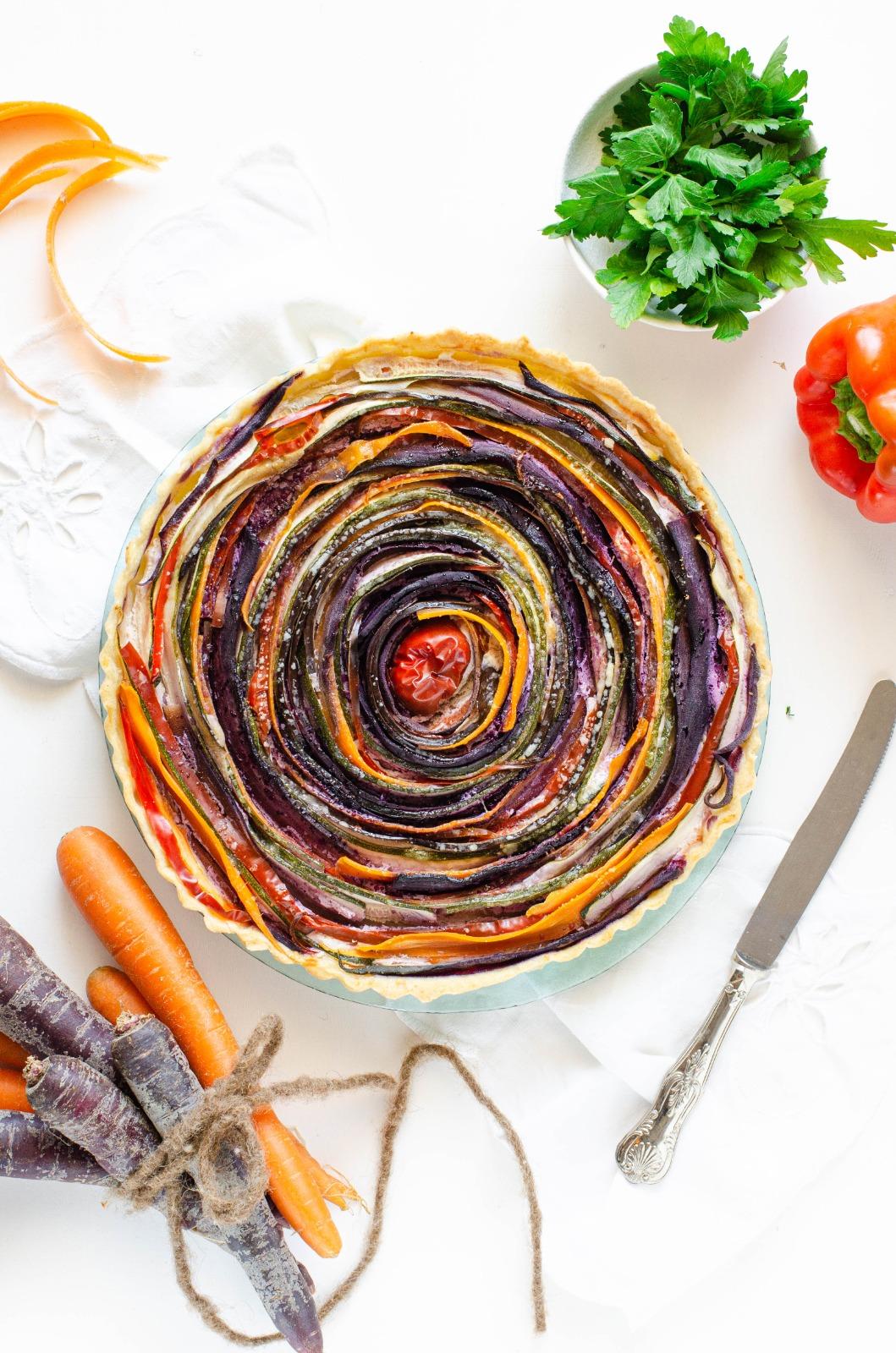 Torta salata di verdure e ortaggi di stagione a spirale