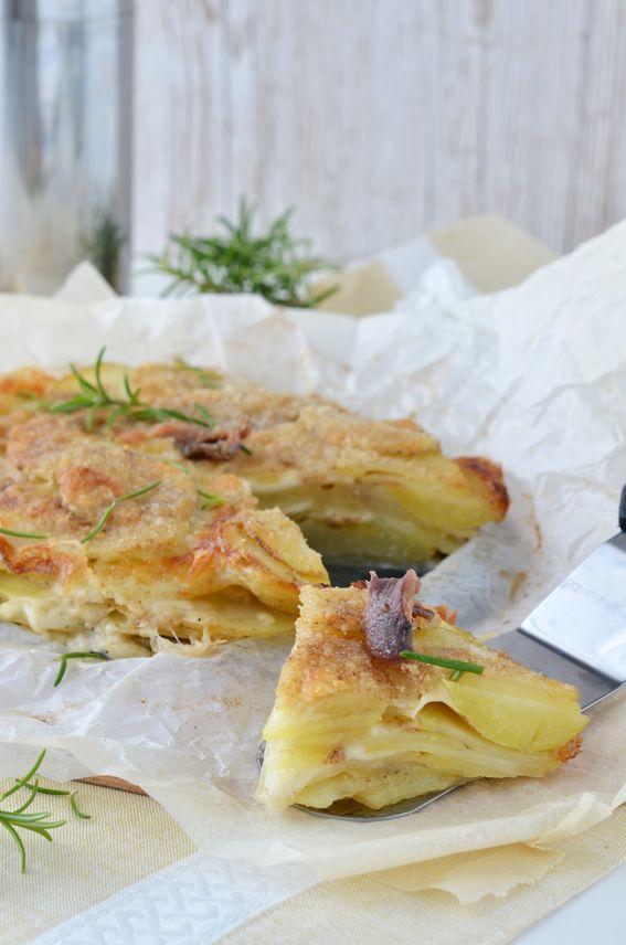 Millefoglie di patate con mozzarella a fette e acciughe sott'olio