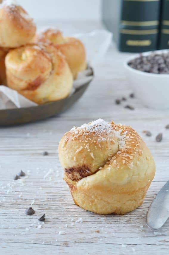 Girella di brioche con cocco crema di nocciola e gocce di cioccolato